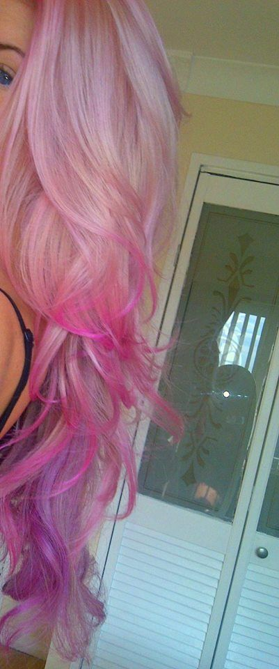 I'm totally trying this with hair chalk next time I have a long stretch of days off.<- I want thid but in purple