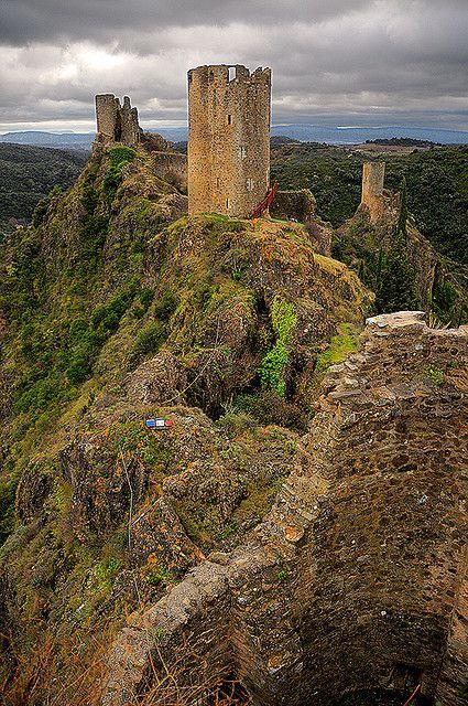 Lastours se encuentra a 12 km (7,5 millas) fuera de Carcassonne, en el valle del Orbiel. Hay 4 pequeños castillos construidos cada uno en una gran alta cresta rocosa 300 m. Los castillos fueron construidos para controlar el acceso a la Montaña Negra y la región Cabardes. Estos son algunos de los pocos castillos cátaros originales izquier