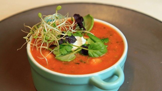 Rød linsesuppe toppet med spirer og små salatblader og en liten klatt yoghurt naturell. Oppskrift fra Lise Finckenhagen.