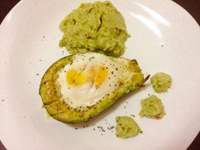 Ricetta avocado & uovo. Tagliare a metà l'avocado, rimuovere il nocciolo ed un pochina di polpa per potervi adagiare l'uovo