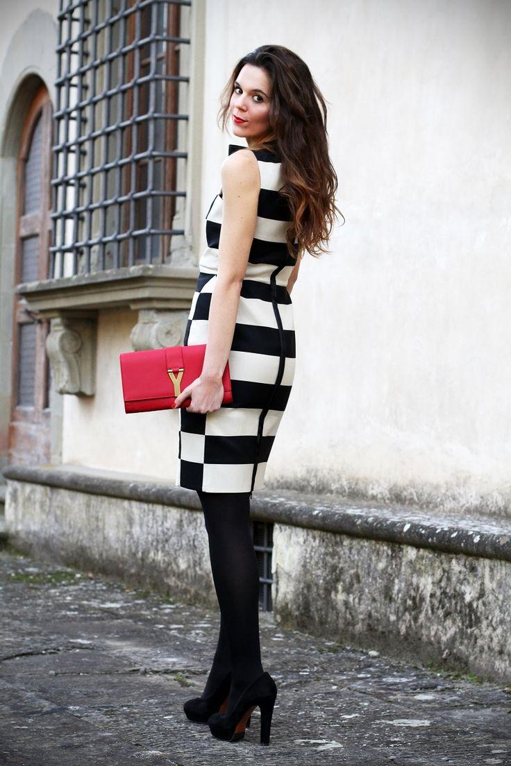 streetstyle settimana della moda milano fashion week vestito righe lanvin decollete tacco alto pochette rossa ysl capelli mossi evento luxottica giorgio armani
