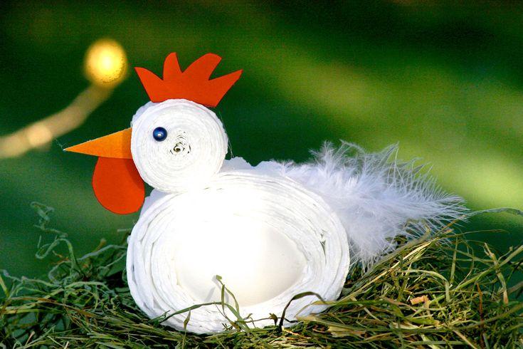 Eins, zwei, drei, wo ist das Ei? Henne Hanna passt besonders gut auf ihr Ei auf. Hat Ihr Kind Lust, sie zu basteln? Setzen Sie die Henne in ein schönes Nest aus Heu, Moos oder Zweigen.