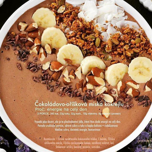 Pomalu uvolňující se protein, energie z tuků a cukrů, kapka kofeinu    Rozmixujte: 1 hrnek neslazeného kokosového mléka, 1 banán, 1lžičku neslazeného kakaa, 1lžičku oříškového másla, vanilkový extrakt:  Topping: banány, oříšky, kokosové vločky.... #protein #bilkoviny #zdravetuky #zdravecukry #zdravasnidane #fatburnerthermo #energie #doplnekvyzivy #leka...