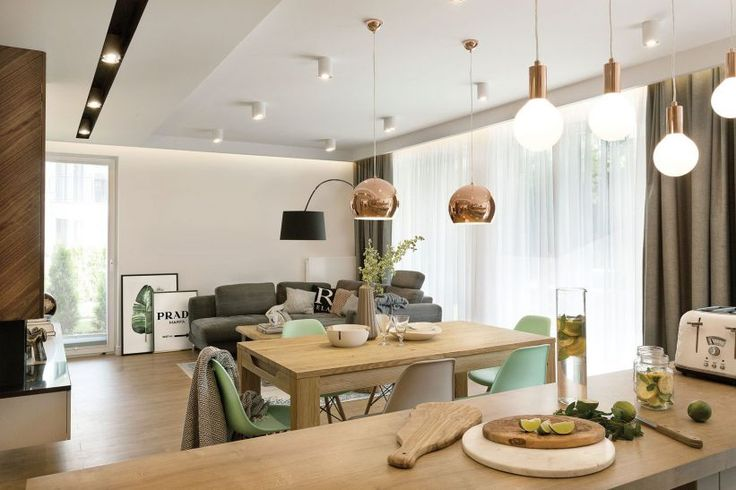 Nowoczesny salon w przytulnej aranżacji. Fot. Przemysław Kuciński #salon #nowoczesny #styl #wnętrza #dom #stół #pokój #lampy #interior #modern #design