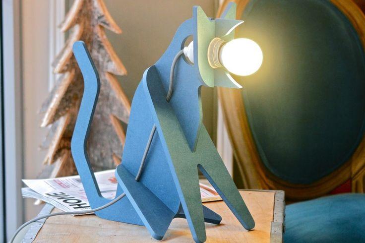 Design original et ludique pour cette lampe chat à poser des designers Clothilde et Julien chez Eno Studio.En médium non vernis, à assembler soi-même.Câble d'alimentation avec interrupteur, ampoule (de votre choix) E27 non fournie.Dimensions : L38xH35xl20