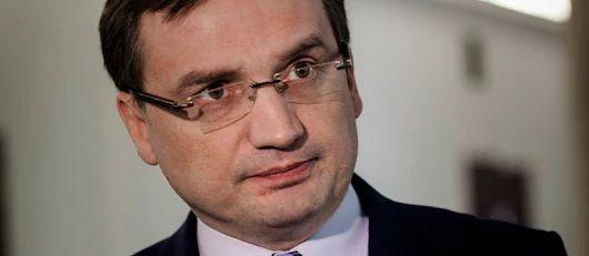 """Za określenie """"polskie obozy koncentracyjne"""" ma grozić kara do 3 lat więzienia. Projekt Ministerstwa Sprawiedliwości po uzgodnieniach międzyresortowych"""