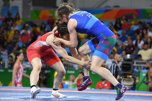 Japan's Saori Yoshida (red) Azerbaijan's Natalya Sinishin (blue) in their…