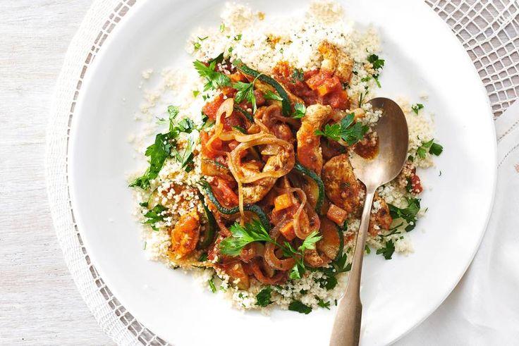 Ingrediënten      1 ui     300 g winterpeen     300 g kipdijfilet     250 g couscous     3 el olijfolie     1 courgette     20 g platte peterselie (bakje)     2 tl ras el hanout (specerijenmelange, blikje 80 g)     400 g tomatenblokjes (blik 400 g)