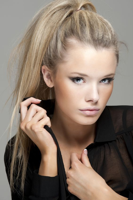 Rootflage Cool Blonde Temporary Root Touch Up (Beige Blonde /Sandy Blond Hair) lightens root regrowth in seconds without damaging hair.