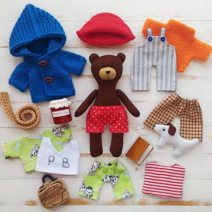 """Многие думают, что медвежонок Паддингтон носит только синий макинтош и красную шляпу. Но на самом деле у него вполне большой гардеробчик😊. Знаете какие у мишки трусики? Конечно же красные в горошек😉 А еще у него есть пижама, штанишки и комбез,  шарфик и свитерок, полосатая майка (она двухсторонняя) и маечка с инициалами """"P. B."""". А ещё любимая собачка и ...конечно, паспорт (куда же без документов). Он хранится в мишкином чемоданчике и достается в особых случаях😉 А сам медвежонок будет жить…"""