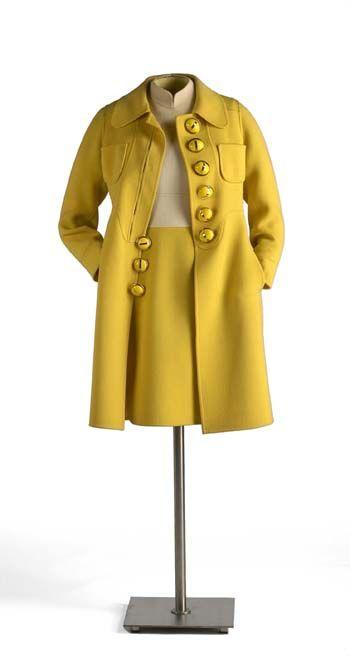 MANUEL PERTEGAZ, traje de chaqueta amarillo con grandes botones.