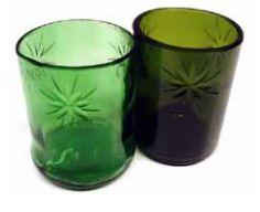 Fabricados a partir del corte y pulido de botellas de vidrio descartadas. Tallado como las piezas de cristalería antigua.