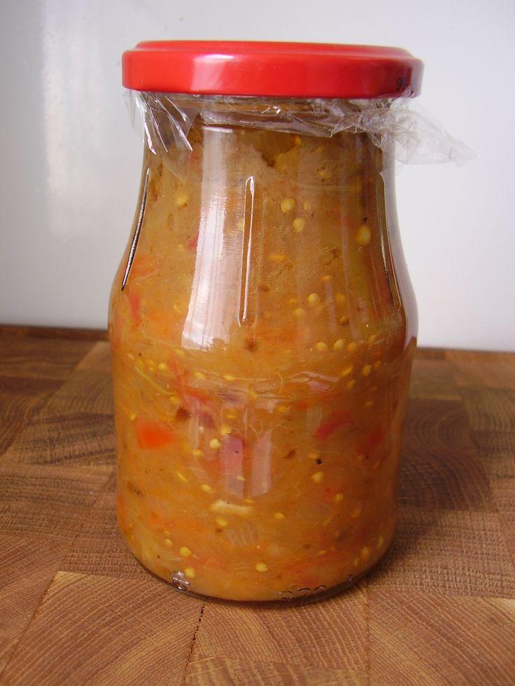 1 kg kicsi és egyforma méretű padlizsán, 1 kg vastag húsú paprika,1 erős paprika, 5 gerezd fokhagyma, 2 fej hagyma, 30 dkg paradicsom, só, kb 3 dl olaj