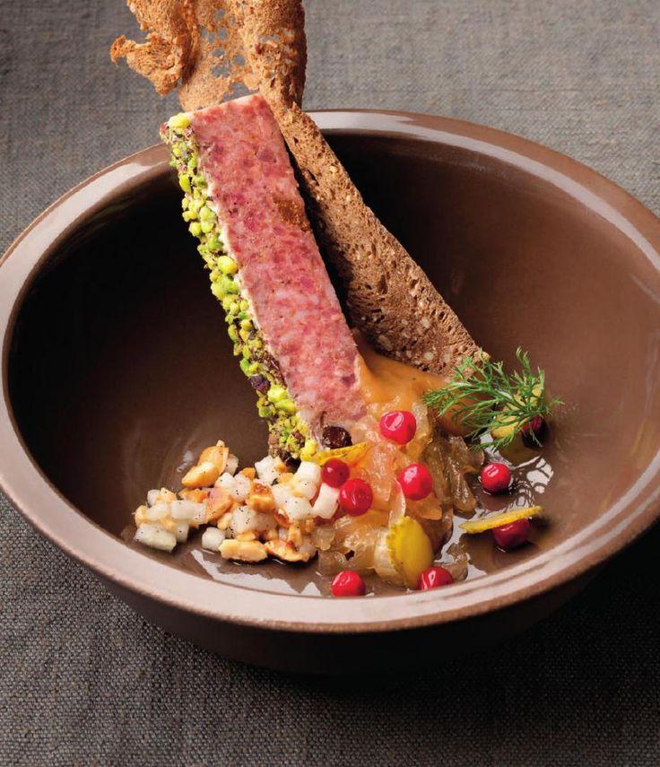 Hazenpaté met ui, mispel en zuurdesem http://njam.tv/recepten/hazenpate-met-ui-mispel-en-zuurdesem