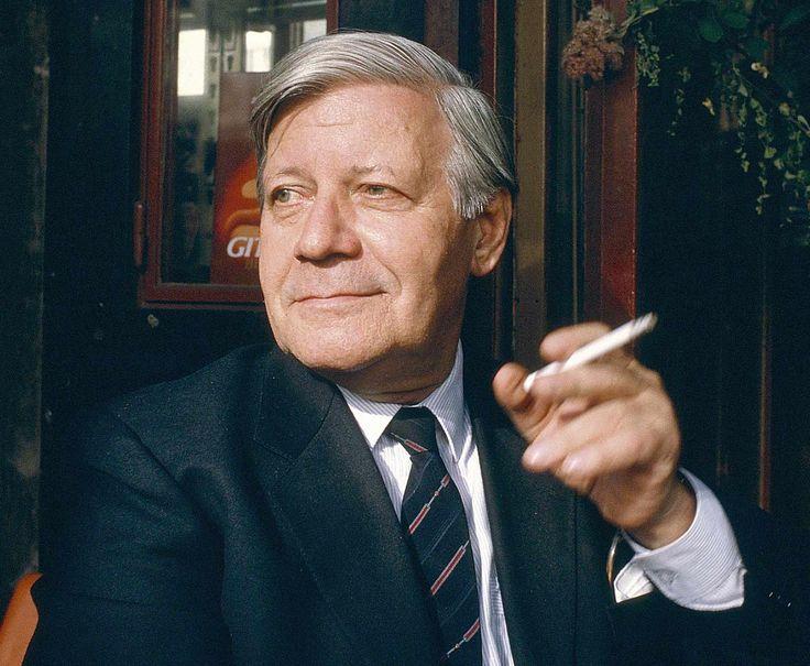 Duitse ex-bondskanselier Helmut Schmidt stierf op 96-jarige leeftijd. hier met zijn eeuwige sigaret.