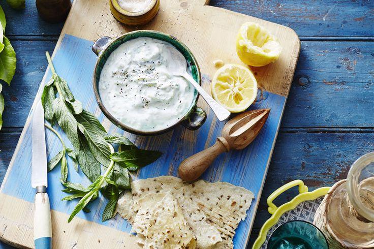 Zutaten für zwei bis vier Personen: 400g griechischer Joghurt (stichfest und mit ca. 10% Fett) 1/2 Salatgurke 3-4 Zehen frischer Knoblauch etwas (gutes!) Olivenöl evtl. 1 EL frischen Zitronensaft Salz und Pfeffer Zubereitung: Die Gurke kurz abwaschen, schälen und längs halbieren. Die Kerne mit einem Löffel entfernen und anderweitig verwenden (zum Beispiel in einem Gurkensalat), so wird der Dip nicht zu wässerig. Die Gurke raspeln, in einer Schüssel salzen und nach ca. einer halben Stunde…