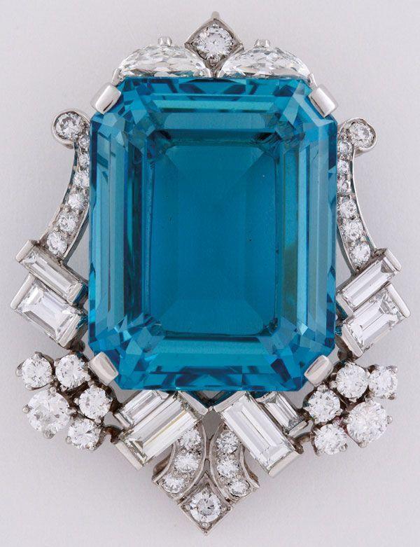 AN EXTREMELY FINE LADIES ART DECO AQUAMARINE, DIAMOND AND WHITE GOLD BROOCH. #DiamondBrooches