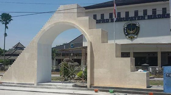 Foto: Tugu DPRD Kabupaten Madiun Yang Jadi Viral Karena Mirip Kuil Pemuja Setan