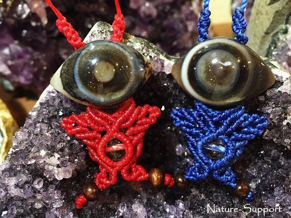 目玉オヤジのような天眼石で色違いの赤鬼&青鬼マクラメ編みストラップを創りました。