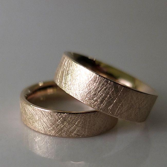 Obrączki z żółtego złota.  Powierzchnia ręcznie fakturowana.  Marcin Gronkowski i Jan Suchodolski  http://waszeobraczki.pl/ #ślub #obrączki