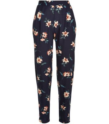 """Team these floral print trousers with a grey crop top and plimsolls, for a relaxed take on the style.- All over floral print- Elasticated waist- Casual fit- Ankle length- Model is 5'8""""/176cm and wears UK 10/EU 38/US 6"""
