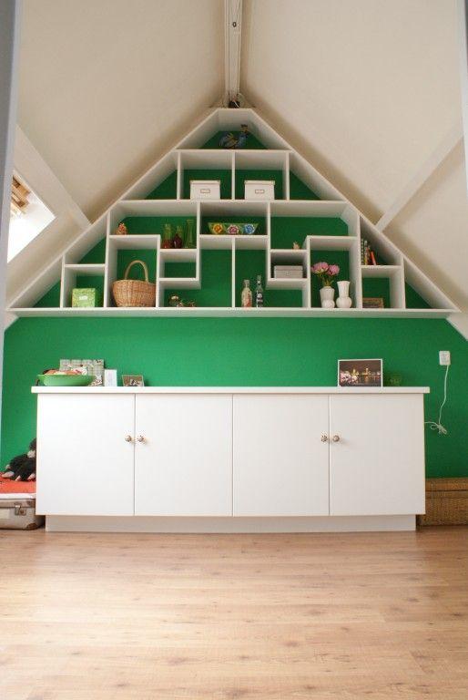 Of een opvallende opbergruimte in de nok van het huis ook mogelijk was. Tuurlijk, Dankzij de specifieke vakkenstructuur in de kastenwand wordt ook de ruimte in deze moeilijke hoek optimaal benut.