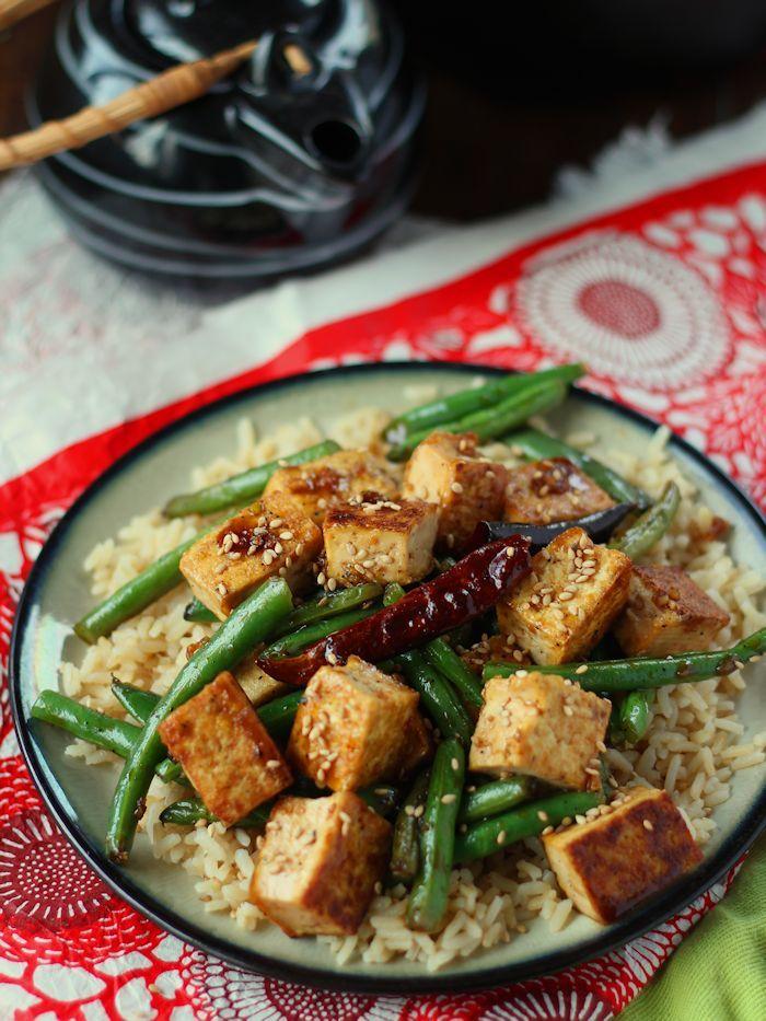 Dit smaakvolle knoflook tofu roerbak wordt gemaakt met knapperige stukjes gebakken tofu geserveerd met knapperige groene bonen en gedrenkt in het Chinees knoflooksaus.
