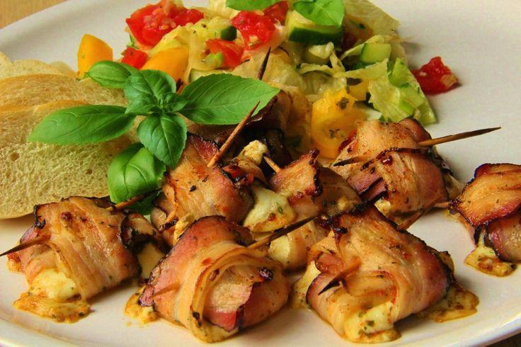 Na přípravu budete potřebovat:     2 mozzarelly  dlouhé plátky slaniny nebo pršutu apod.  sušená rajčata  čerstvá bazalka   Na marinádu...