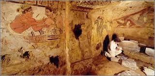 La pintura de una tumba muestra a una mujer ataviada con una tunica larga y casi transparente debajo de otra mas gruesa con ribetes decorativos en el escote, el dobladillo y las mangas, estas llegaban hasta el codo.