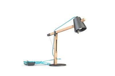 """""""No hay atajo sin trabajo"""" es una lámpara de escritorio que busca enriquecer el espacio de trabajo; una representación estética a escala de una grúa. La lámpara hace referencia a la manera en la que construimos nuestro futuro tanto en nuestra área de trabajo, como en nuestro entorno y espacios."""