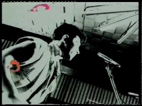 Bennato ogni tanto si arrabattò con l'inglese e nel 90 fece carte false per cantare con Bo Diddley, riuscendoci solo perché il rocker americano aveva visto l'Edo nazionale cantare l'inno dei mondiali di calcio in tivù. Con buona pace dell'essere stato il primo cantautore italiano a riempire S. Siro di gente.... http://piergiuseppecavalli.com/2016/07/03/il-wurstel-e-la-taranta/... Pillole PoP