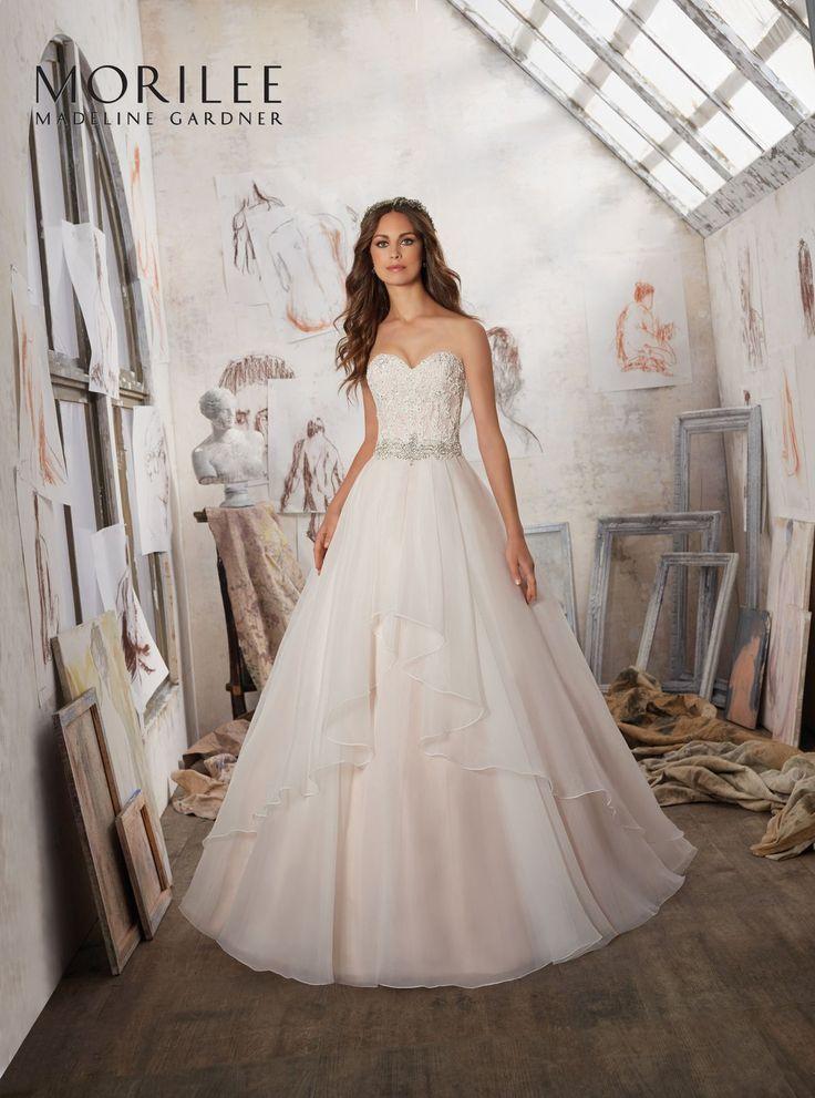 Błyszczący, koronkowy gorset oraz spódnica typu A i dekoltem w kształcie serca w sukni ślubnej Mori Lee. Efektowna suknia ślubna …