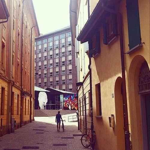 @jane_birkin In questo scorcio su Largo Caduti del Lavoro possiamo ammirare i muri dedicati al progetto #frontierbo. E' in corso, infatti, l'edizione 2014 di Frontierbo La Linea dello Stile, progetto sostenuto e coordinato dal comune di Bologna, che ha l'obiettivo di valorizzare il #writing e la #streetart. In questi giorni e fino al 18 luglio, all'ingresso della Manifattura delle Arti, lavoreranno alle loro opere l'artista francese Lokiss e l'italiano Rae Martini.