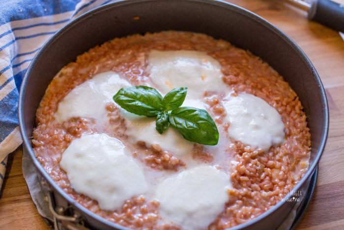 Pizza di riso con pomodoro e mozzarella