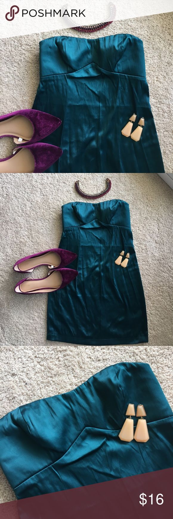 🔥Forever 21 Sweetheart Club Dress 👗 in Teal So sexy in person. This Forever 21 dress is a must have for any girl going out. Features a sweetheart neckline with the rubber gel grips around bust, and a slightly padded bust to allow you to wear by itself. Slight slit in the back and plenty of stretch. Sized Small. Only tried on never worn out. Has two barely noticeable pills on the top. See closeup photo. I had to hunt to find it, so it is not noticeable. Is a teal/hunter green color…