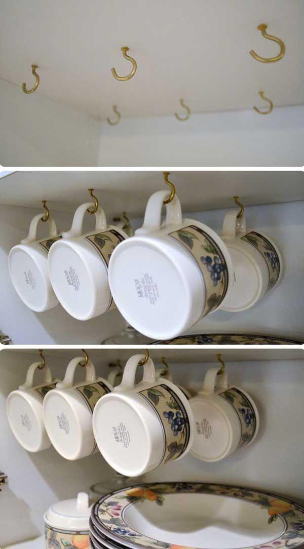 Suspendre les mugs et les tasses à l'intérieur des placards