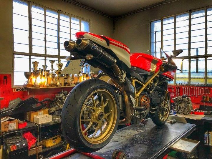 """19 mentions J'aime, 2 commentaires - Motos & Voyages (@free_moto_trip) sur Instagram : """"Réglage fin sur la Ducati 1098S Tricolore! ✌️. #ducati1098r #ducati1098 #forzaducati #ducati…"""""""