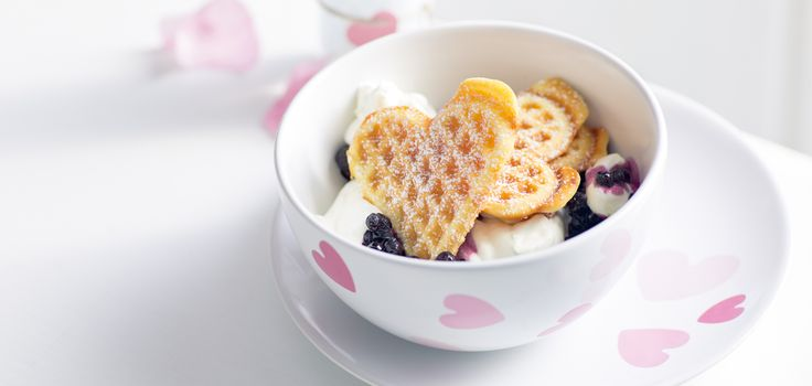 Если у Вас нет замороженной черники, используйте черничное варенье с цельными ягодами. Или вообще замените чернику чёрной смородиной, но тогда вместо лайма готовьте десерт с сладким апельсином. Итак, завтрак в День святого Валентина готов. Готовьте не как в ресторане, а как в доме котором живёт любовь, готовьте вместе и будьте счастливы не как в кино, […]