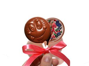 Шоколадные смайлики Два шоколадных смайлика из молочного бельгийского шоколада с лепестками и гранулами розы, фиалки и мяты. Вес 2 шт. - 36 г. Размер - 5*5 см. (11,5 см с палочкой) http://www.aimant.ua/collections/product/milk_chocolate_smiles