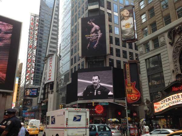 Szwed reklamuje swoją twarzą firmę na Manhattanie w Nowym Jorku • Zlatan Ibrahimovic zamiast na boisku pojawił się na Times Square >> #zlatan #ibrahimovic #football #soccer #sports #pilkanozna