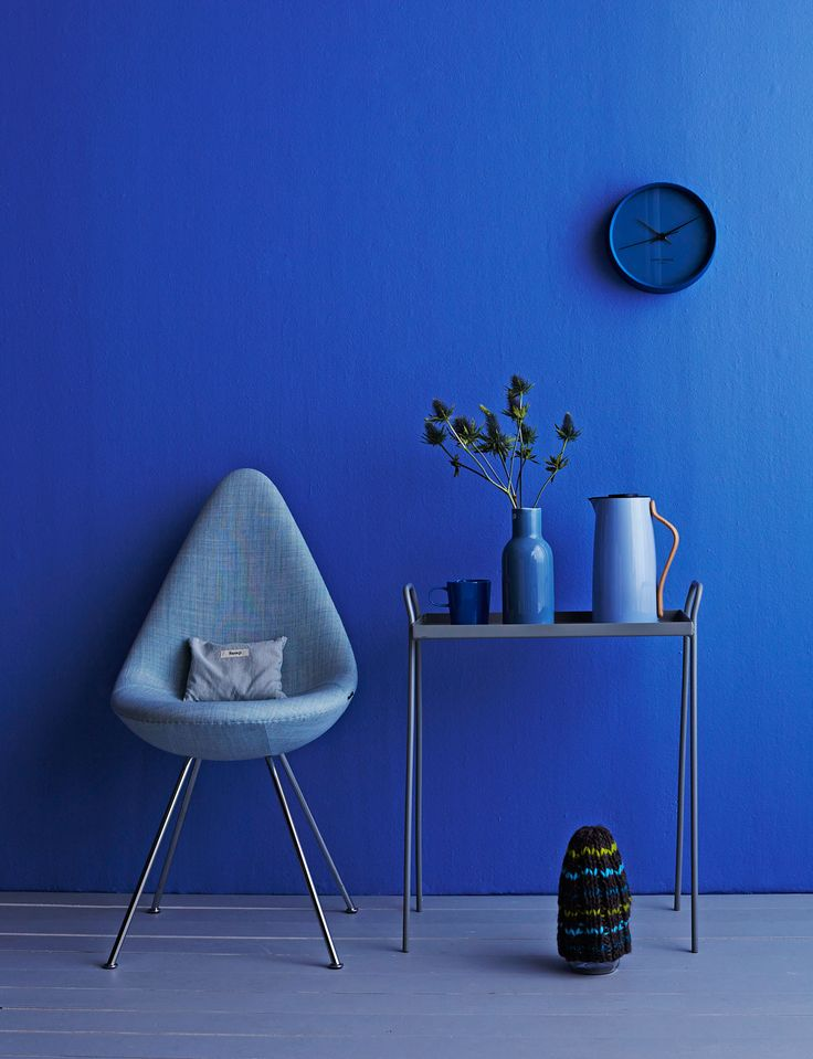 Arne Jacobsen's Drop-chair in deep blue room. Anna Aromaa, photo Tuomas Kolehmainen / Glorian koti
