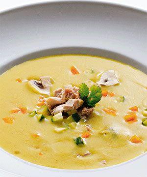 Creme de aves com caril. O caril, com o seu sabor único, dá aos pratos um toque oriental. Para esta receita de creme de aves com caril escolhemos o o frango como ingrediente principal.