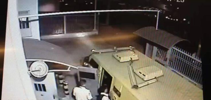 Deic prende ex-sargento do Exército que chefiava quadrilha em SP O Departamento Estadual de Investigações Criminais (Deic) divulgou nesta sexta-feira (11) que um ex-sargento do Exército era o líder de uma das principais quadrilhas de ataques a carros-fortes do estado de São Paulo. Ademir Luís Rondon, de 44 anos, estava entre os quatro detidos em uma operação, em três locais na região de Campinas (SP), na quinta-feira (10). Com o grupo, foram encontrados cinco fuzis