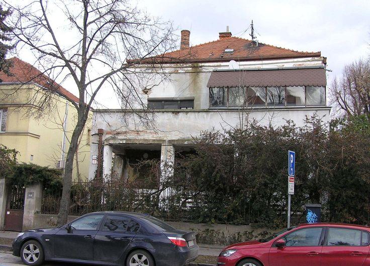 Funkcionalistická stavba nie je pamiatkou, no nachádza sa v pamiatkovej zóne. Majiteľ k nej plánuje pristavať byty.