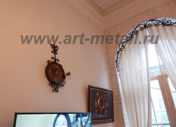 Кованые настенные часы. Дуб, эпоксидная смола, кованый металл. Украшены кованой розой.