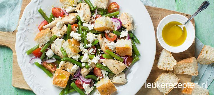 Deze Mediteraanse salade met sperziebonen, brood en kip is zowel warm als koud lekker.