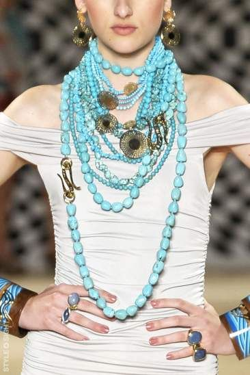 Francesca Romana Diana runway, turquoise necklace, City: Rio de Janeiro