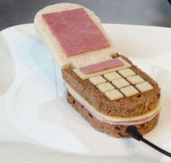 Zat jij vandaag met de lunch weer aan zo'n simpele boterham met kaas? Misschien is dit dan een idee voor de lunch van morgen. Een krokodil op je boterham! Of heb je liever een mobiele telefoon met ham en kaas?Bron