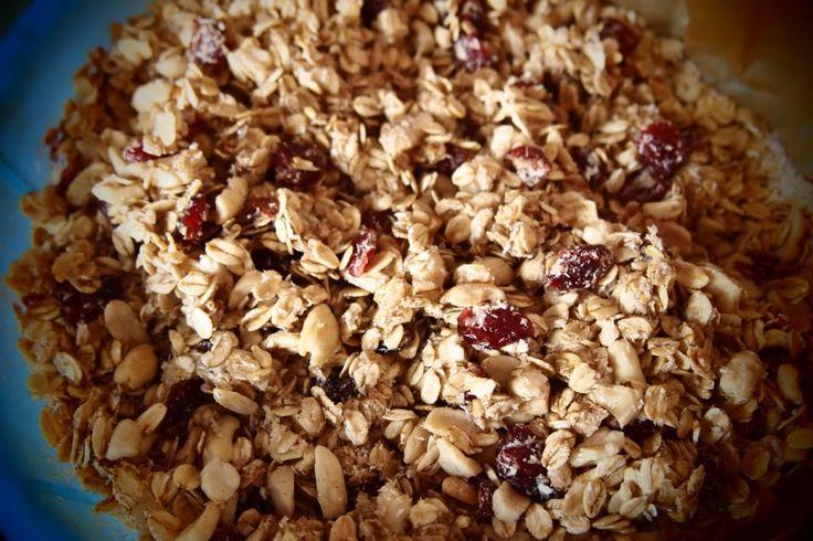 We zeggen dan wel 'granola,' we bedoelen natuurlijk gewoon muesli. Vandaag geen taart of koekje, maar iets waar je iedere dag, bijvoorbeeld bij je ontbijt, plezier van kan hebben. We hebben gespiekt bij het recept van Vegadutchie en hier onze eigen draai aangegeven. Dit is wat je nodig hebt voor een grote weckpot vol met … Lees verder KOKEN MET STERREN: HOMEMADE GRANOLA →