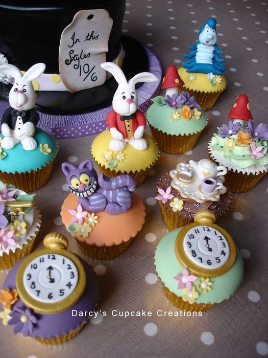 Wonderful Alice in Wonderland Cake and Cupcakes (ouhlàlàlàlà moi qui adore Alice aux pays des Merveilles !!! )